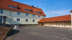 Blick auf den Pausenhof sowie auf einen Teil des Schultraktes der Grundschule Bilshausen