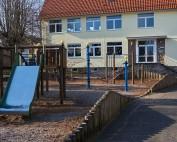 Blick auf Spielgeräte auf dem Pausenhof der Grundschule Bilshausen