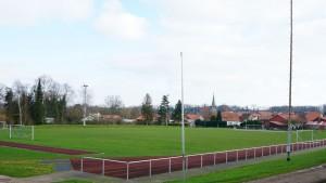 Fußballplatz vor dem Sporthaus mit Trainingsbeleuchtung und Rundlaufbahn