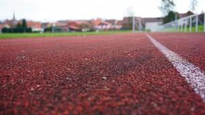 Leichtathletikanlage mit 400 m Rundlaufbahn, davon 100 m Tartanbahn und einer Weitsprunganlage