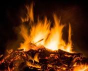 Blick auf ein brennendes Osterfeuer