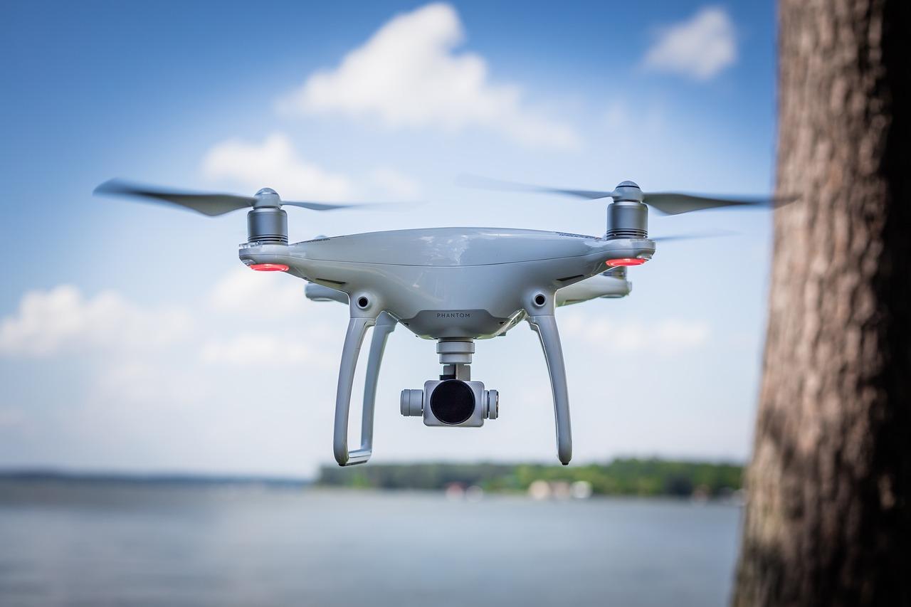 l Moderne Drohnen werden immer leistungsfähiger. Zum 1. Oktober verschärft der Gesetzgeber die Regeln für den Betrieb dieser Fluggeräte.
