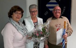 Bürgermeisterin Anne-Marie Kreis verabschiedet den bisherigen Seniorenbeauftragten Reinhard Engelhardt und dankt Ehefrau Anita Engelhardt für ihre Unterstützung. Foto: Grobecker