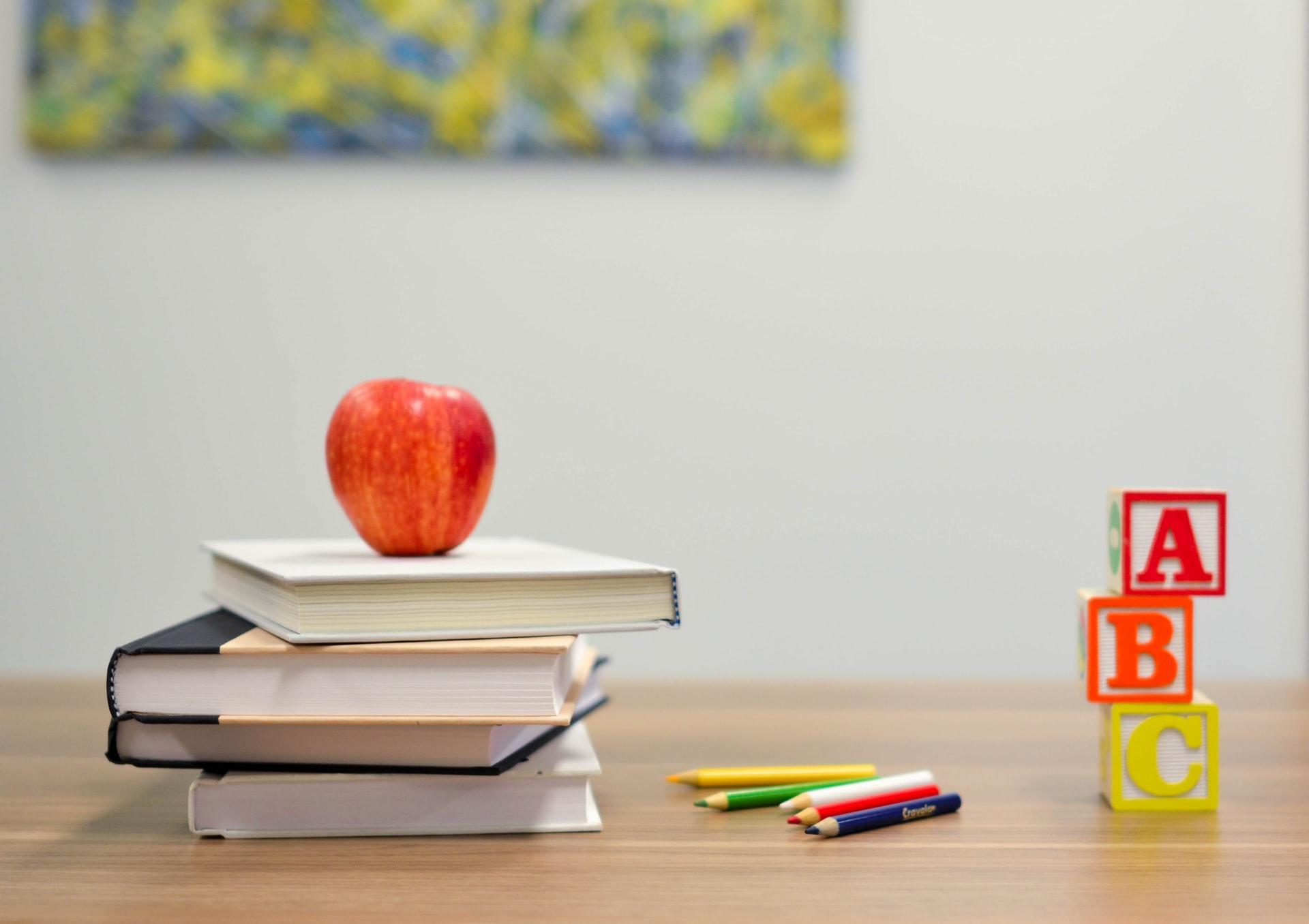 Außerhalb von Unterrichtsräumen besteht überall dort die Maskenpflicht, wo das Abstandshalten nicht möglich ist. Fotos: dpa