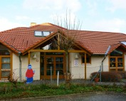Blick von außen auf den Haupteingang des Kindergartens St. Bernadusstift